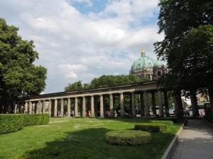 Columnas con balazos en la isla de los museos